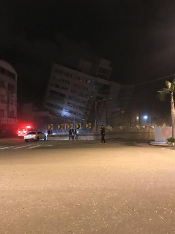 花蓮市區阿官火鍋 等兩棟大樓均倒塌,並有瓦斯味、火災傳出。(圖取自「花蓮臉書社團543」)