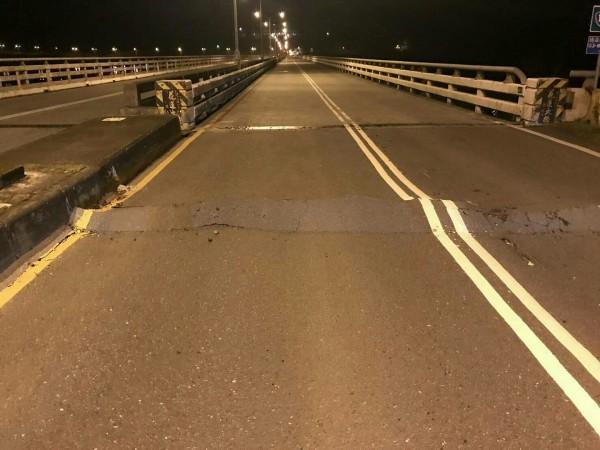 花蓮地區6日晚間23:50左右發生規模6有感地震,目前傳出花蓮大橋在強震後也橋面龜裂、隆起。(圖擷自臉書花蓮人)