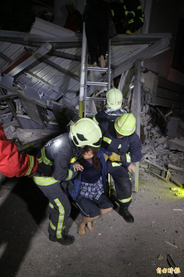 花蓮縣目前已知有4棟大樓倒塌,消防人員救出受困民眾。(記者王錦義攝)