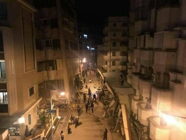 網友PO出現場畫面,指國民八街與國盛六街房屋倒塌。(圖擷自臉書花蓮人)