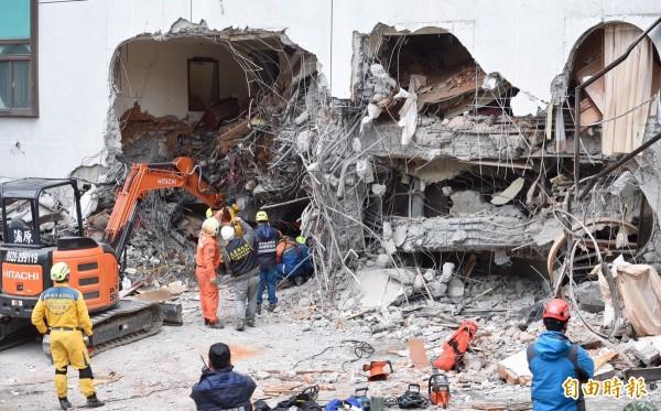 全國電子為協助花蓮地震災民生活與災後家園重建,全國電子今宣布將捐款新台幣200萬元。圖為救災人員在統帥大飯店和時間賽跑救人。(記者羅沛德攝)