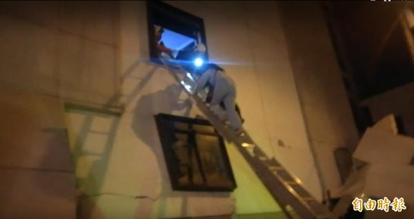 旅客多住在3樓以上,他們則是利用4、5樓的窗戶逐一爬出,再由消防隊員利用梯子接駁救援。(記者花孟璟攝)