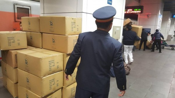 台鐵列車長下車幫忙搬送賑災物資。(擷取自「慈濟@臺北」臉書粉專)