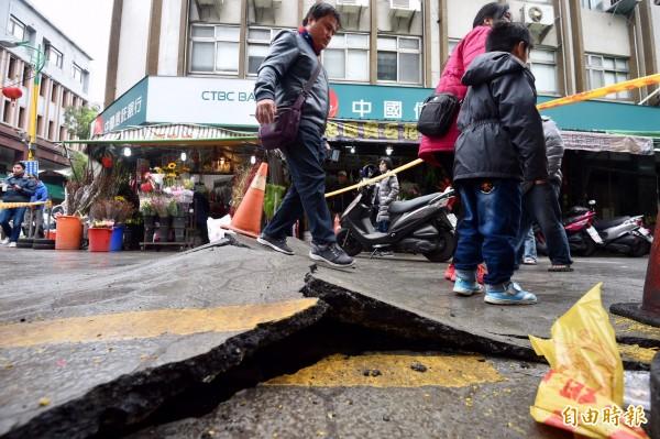 花蓮地區昨日晚間11時50分發生芮氏規模6.0強震,造成路面隆起破碎。(記者羅沛德攝)