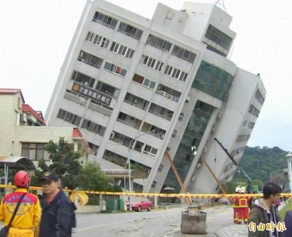 花蓮大地震造成大樓倒塌,其中雲門翠堤有倒塌危機。(記者湯世名翻攝)
