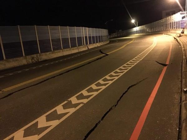 花蓮地區6日晚間23:50左右發生規模6有感地震,七星潭橋更傳出橋墩變形龜裂,目視有斷裂危險。(圖擷自臉書花蓮人)