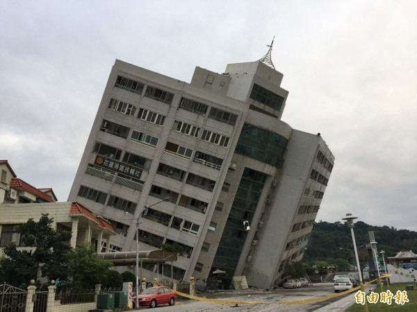 花蓮雲門翠堤大樓在206地震中嚴重傾斜,現場持續搜救受困民眾。(記者王峻祺攝)
