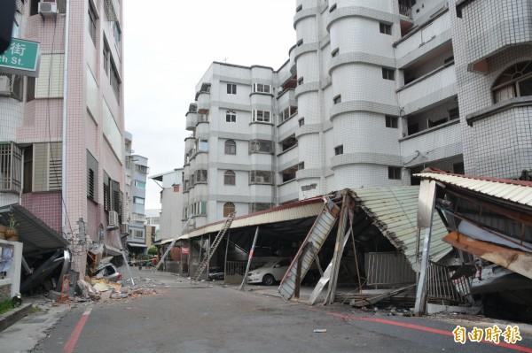 花蓮國盛六街2棟倒塌大樓最先清空受困民眾,總計救出68人,特搜人員晚間出動切割機及救難犬準備進入清查是否有人受困。(記者王峻祺攝)