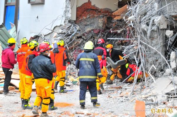 中小企業處啟動對花蓮強震中小企業援助。圖為花蓮統帥飯店大地震後,特搜隊正在搶救。(記者花孟璟攝)
