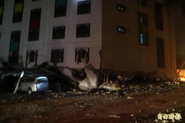 花蓮縣政府管制中心統計,目前已知有4棟大樓倒塌。(記者王錦義攝)