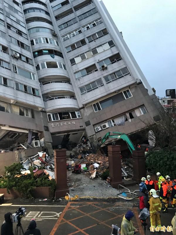 搜救人員5時許在雲門翠堤瓦礫堆深處發現江振昌遺體,討論如何從斷垣殘壁中將遺體運出。(記者林欣漢攝)