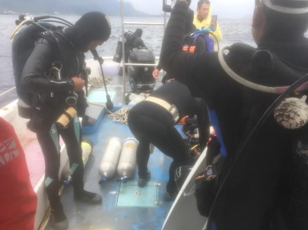 蘭嶼在地居民增援潛水搜尋失聯黑鷹。(民眾提供)