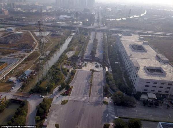 中國廣東省佛山市昨(7)日晚間8點40分許,市內主幹道突然塌陷形成天坑,造成8人死亡,3人失蹤的慘劇。(圖擷取自每日郵報)