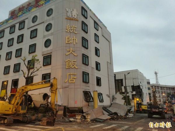 統帥飯店上午6點準備開拆,目前拆除已開始。(記者花孟璟攝)