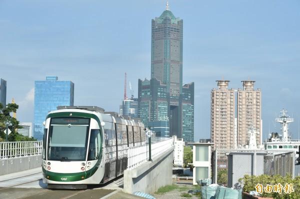 2月13日起,民眾持悠遊卡也可搭乘高雄輕軌。(記者葛祐豪攝)