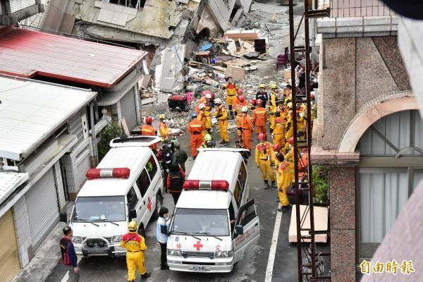 搜救人員發現加籍香港夫婦行李後,兩台救護車到場待命。(記者張議晨攝)