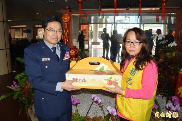 彰警局長林順家今天贈送水果給警察志工潘冠之,對於她在花蓮地震勇救老翁表示感佩。(記者湯世名攝)
