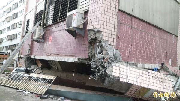 花蓮市國盛六街與國民八街口的吾居吾宿大樓被震垮。(記者王錦義攝)