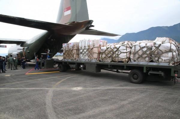 新加坡運輸機卸下物資。(軍聞社提供)