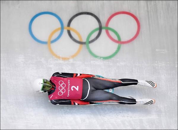 昌冬季奧運今開幕,「雪橇王子」連德安明晚八點將率先在無舵雪橇初賽登場,他昨也首度到比賽場地進行賽前練習,並熟悉場地。(法新社)