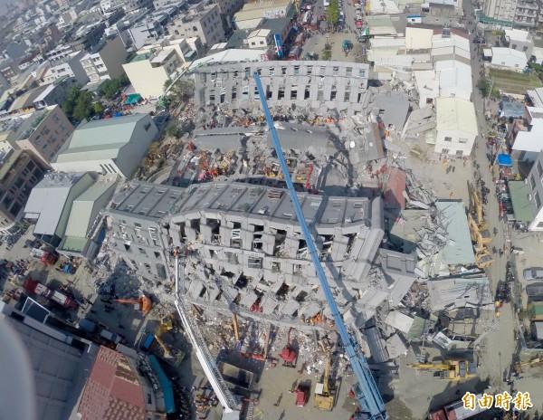 維冠大樓倒塌原址重建,附近的模具工廠卻在地面上出現20公尺長的大裂縫。(資料照)