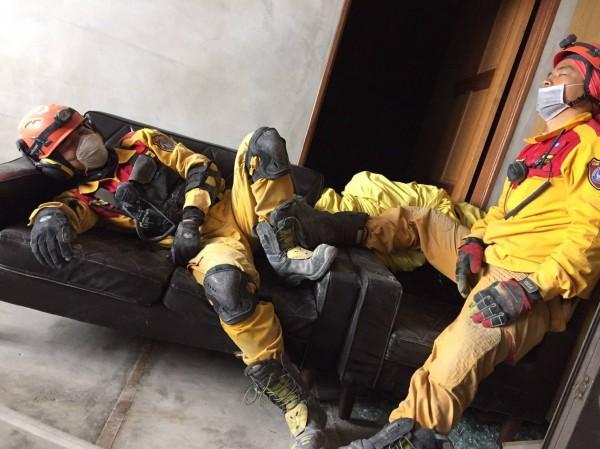 潘孟安形容,救難人員十分辛苦「全副武裝的休息」。(圖擷取自潘孟安臉書)