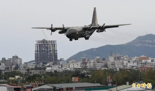 新加坡空軍C-130運輸機,載送救援物資至空軍花蓮基地,降落時正好經過國盛六街大樓傾倒災區。(記者游太郎攝)