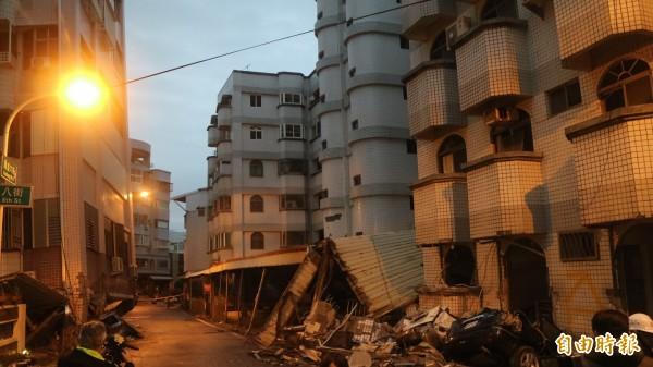 受到2月6日花蓮規模6.0強震影響倒塌的吾居吾宿大樓(左),在今天下午4點30分進行拆除。(記者王錦義攝)