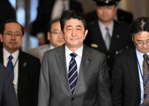 日本首相安倍晉三慰問台灣花蓮大地震,卻被中國認為刻意製造一中一台。(法新社)