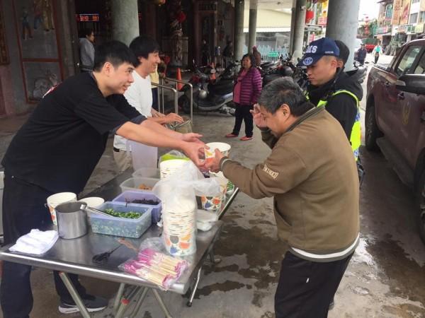 野崎孝男(白衣)在花蓮災區用簡單的攤位煮拉麵,給辛苦的第一線人員享用。(圖擷自「Mr.拉麵」臉書粉專)