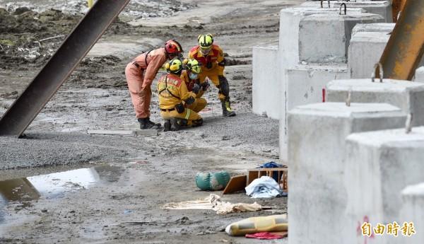 救難人員以精密儀器尋找生命跡象。(記者羅沛德攝)
