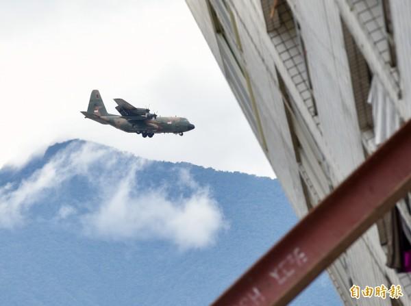 新加坡空軍C-130運輸機今天滿載救援物資抵達花蓮災區,在降落時剛好經過震災中傾倒的大樓。(記者羅沛德攝)