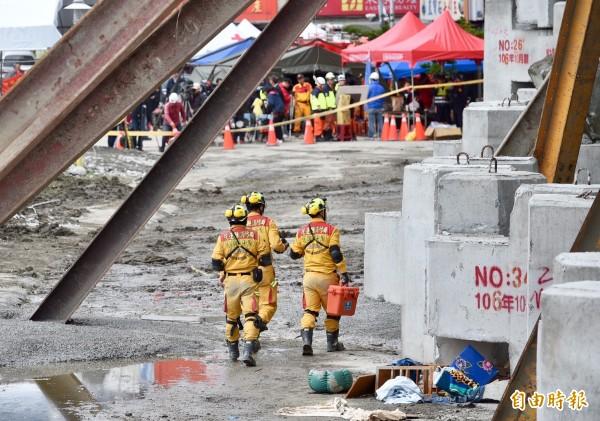 花蓮大地震造成雲門翠堤大樓嚴重傾倒,目前仍有7人失聯,救難人員不放棄希望持續搜救。(記者羅沛德攝)