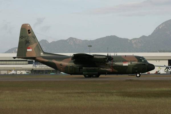 參加新加坡航展的航空迷發現,2架C-130運輸機載滿救援物資和人員,上午8時08分起飛,預計下午2時30分抵達花蓮機場。圖為新加坡空軍C-130同型機。(航迷提供)