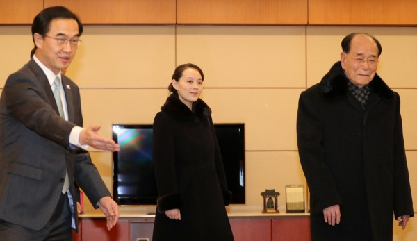 北韓領導人金正恩胞妹金與正(中)稍早抵達南韓,獲南韓統一部長趙明均(左)親自迎接。(路透)