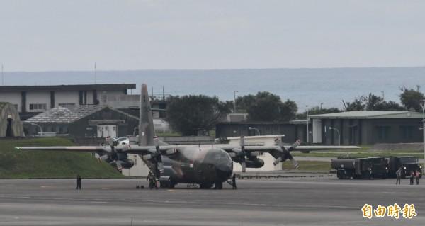 新加坡空軍C-130運輸機降落後,隨即卸載救援物資,並於下午5時30分完成卸載飛返新加坡。(記者游太郎攝)