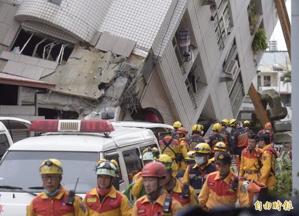 花蓮雲門翠堤大樓213房先前偵測到生命徵象,但是消防署國搜隊仍找不到人,新北特搜隊在房內發現2條腿,正持續搜救中。(記者黃耀徵攝)