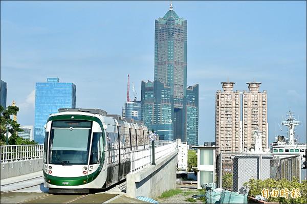 2月13日起,民眾持悠遊卡也可搭乘高雄輕軌。 (記者葛祐豪攝)