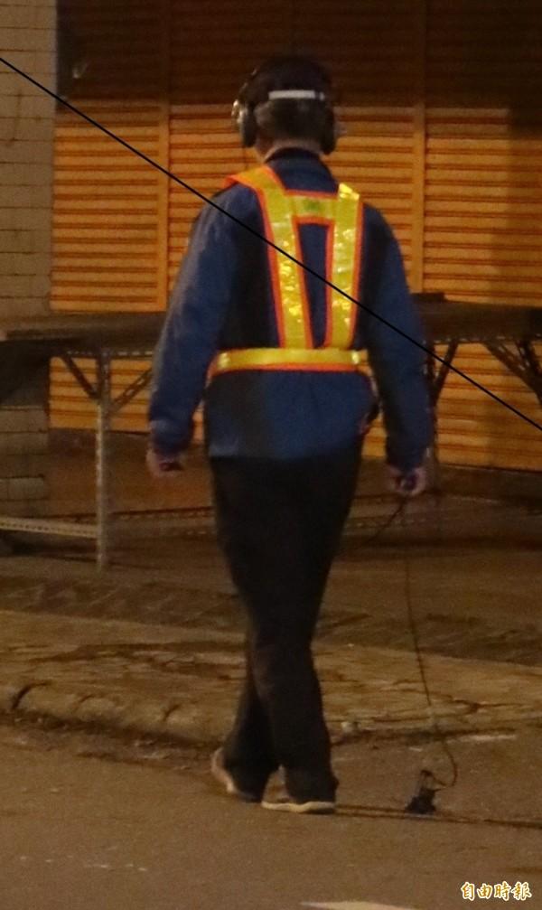這幾天在花蓮街頭,都可以看到測漏人員不斷在街頭,透過聲波測漏器,辨別漏水處。(記者王錦義攝)