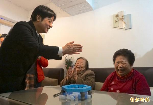 賴清德參訪有本生活坊,關心長輩生活、開心玩桌遊。(記者蔡淑媛攝)