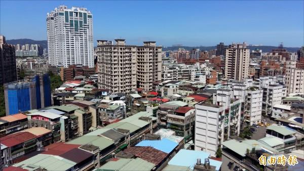 新北市老舊建築物多,有鑑於地震頻繁,市府推動防災型都更,鼓勵危險建物重建。(記者賴筱桐攝)