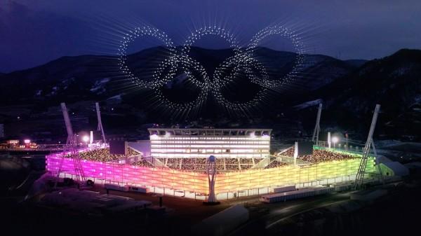 南韓平昌冬奧昨天舉行開幕式,首次出現由1218架無人機組成的燈光秀,一舉打破金氏世界紀錄。(圖取自WIRED)