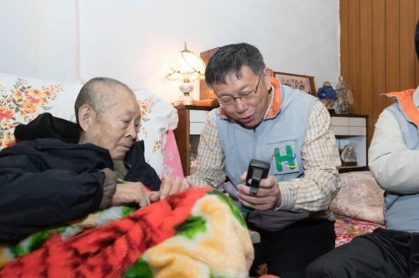 台北市長柯文哲今天當起社區醫師,探訪萬華區失能長者。(台北市政府提供)
