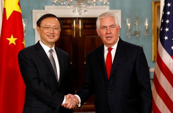 中國國務委員楊潔篪(左)今日在美國白宮,會見美方總統川普。圖為昨日楊潔篪會見美方國務卿提勒森。(路透)