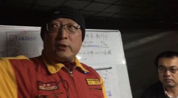 葉青林表示,日本帶的「電磁生命探測儀」,是台灣也有的儀器,看梁隊長的眼神就會懂。(圖擷取自臉書)