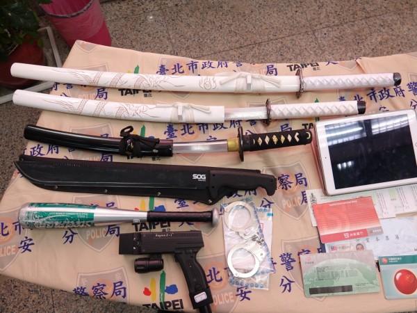 警方搜出大批刀械等證物。(記者姚岳宏翻攝)