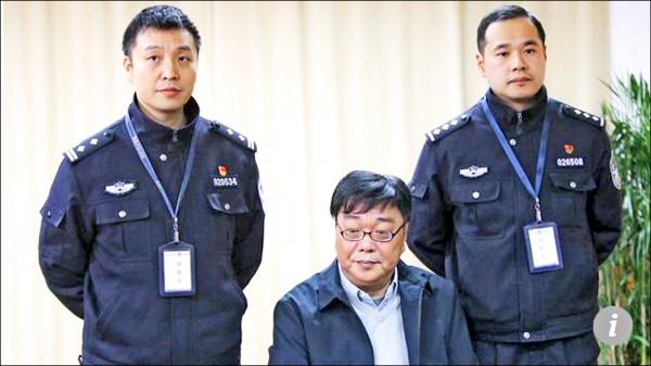 桂民海在中國公安安排下,於看守所接受訪問。(取自網路)