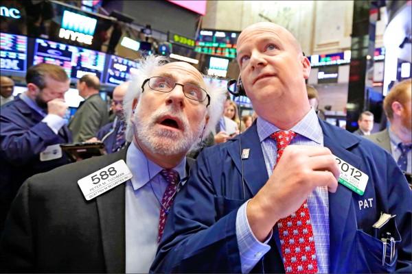 美股週五在多空交戰下收紅,道瓊指數終場上漲三三O.四四點(一.四%),結束四天兩度跌逾千點、激烈震盪的一週。圖為紐約證交所交易現場。(美聯社)