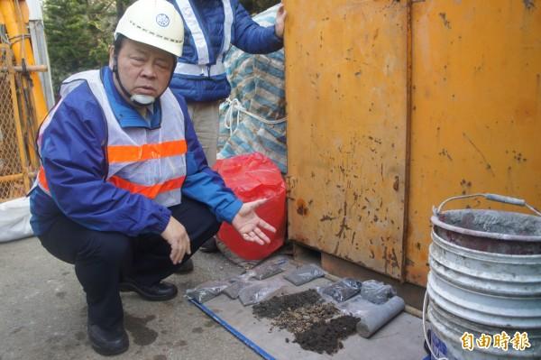 澎湖縣長陳光復指著地上玄武岩,因質地過於堅硬造成地下施工困難。(記者劉禹慶攝)