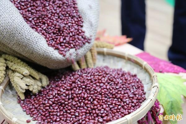 屏東萬丹紅豆去年每台斤從58元跌至36元新低,看見農民困境的義美公司,今天與縣府簽訂合作備忘錄,除了繼續契作屏東生產的紅藜、小米、樹豆外,也將以每台斤81元價格,收購萬丹紅豆200公噸。(記者邱芷柔攝)